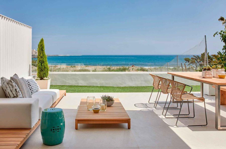 terraza de hotel con vistas al mar