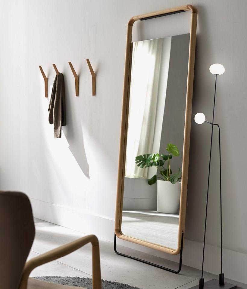 Espejo de madera de roble junto a perchero