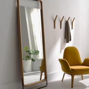 Espejo de pared GORK decorativo junto a butaca