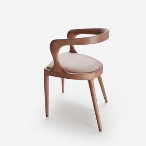 BAZK silla, vista general trasera. Silla de madera maciza de nogal y asiento tapizado.