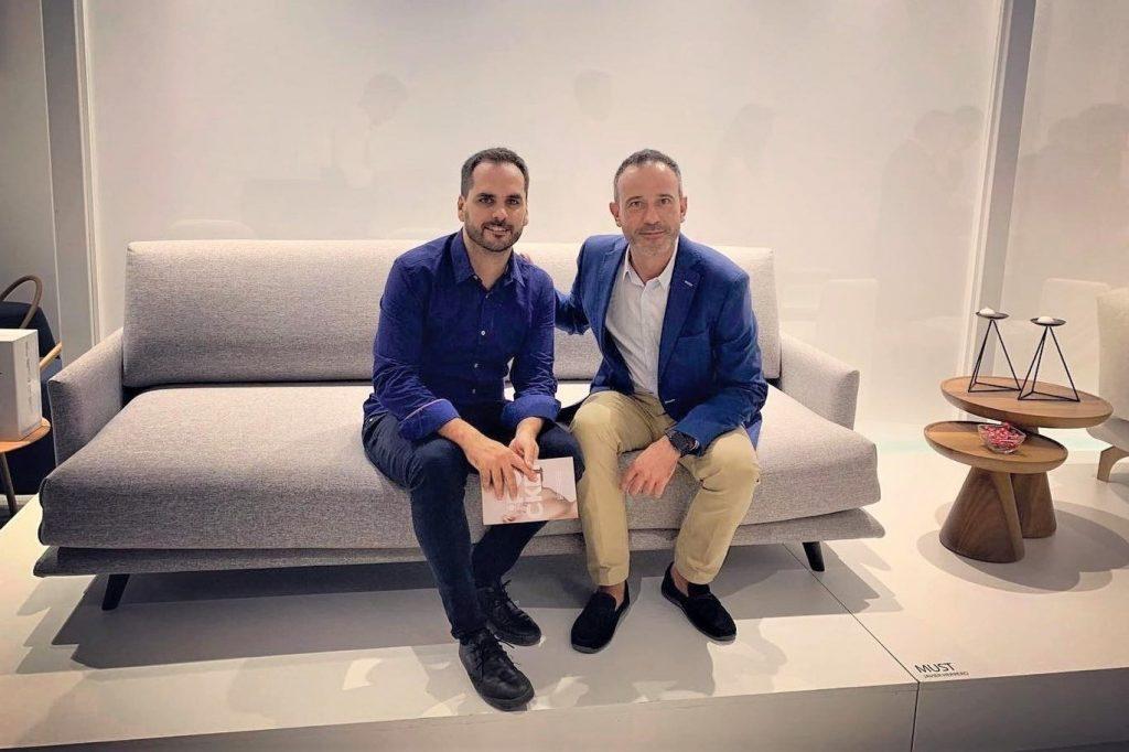 Javier Herrero y Beltá & Frajumar sentados sobre un sofá