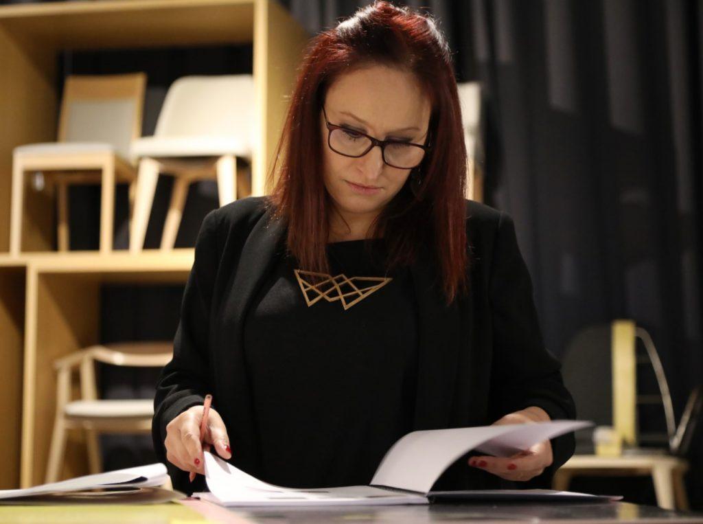 mujer evaluando proyectos