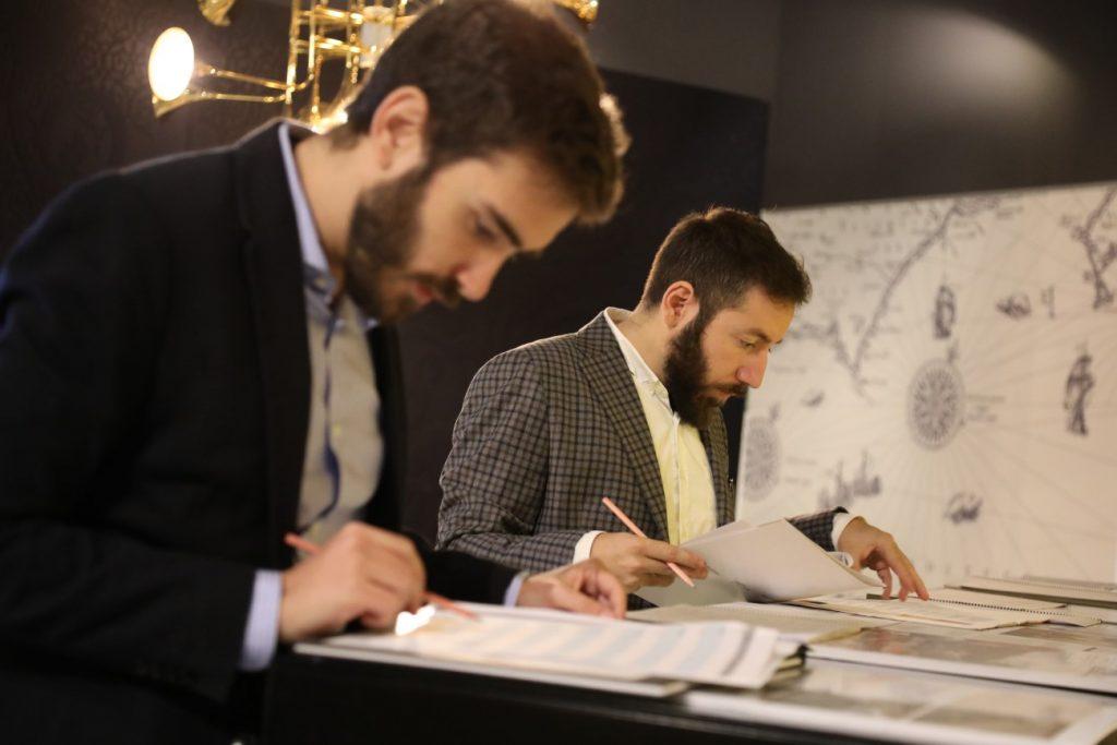 hombres evaluando proyectos