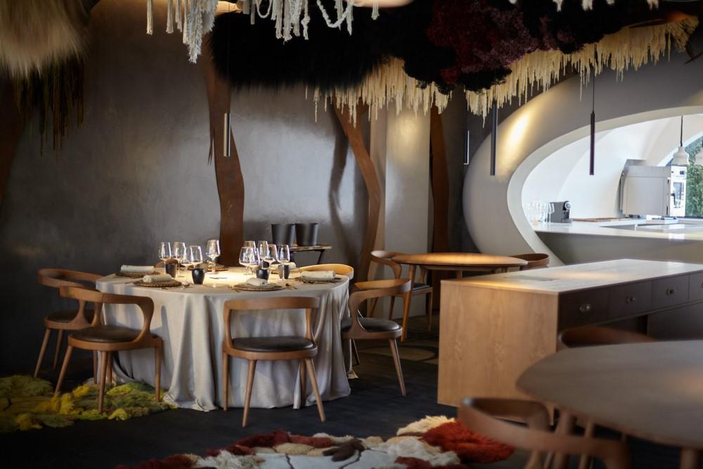 Restaurante Montoro salon mesa mantel blanco copas comida