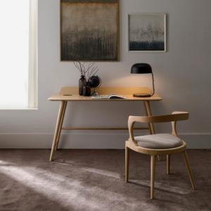 BAZK silla junto a escritorio