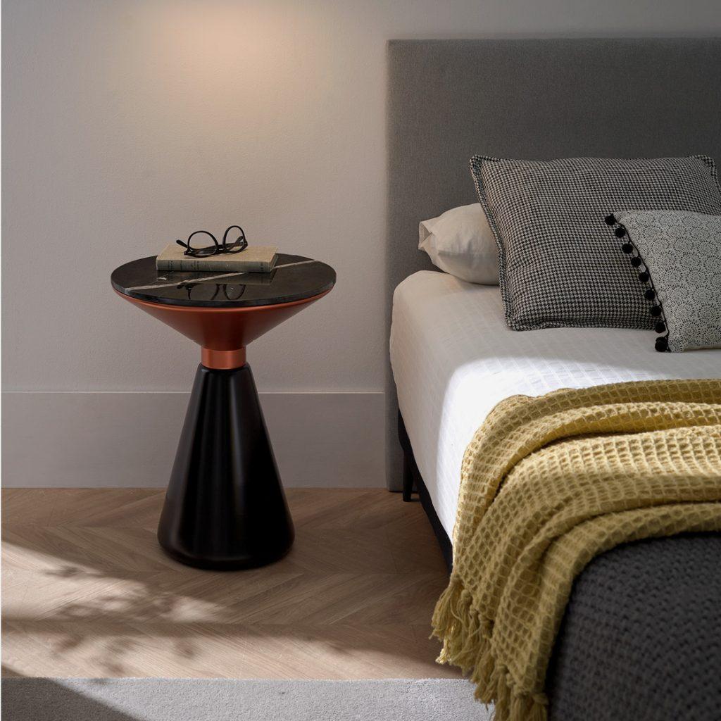 Mesita de marmol Olia en dormitorio