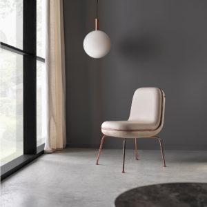 silla thin junto a ventana