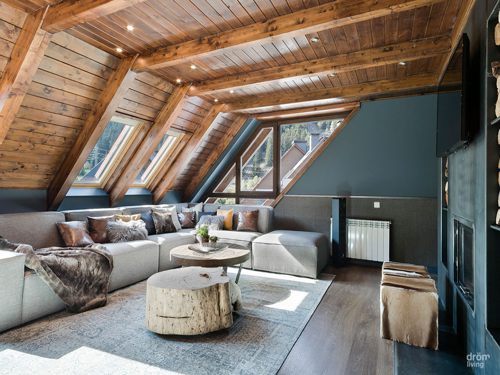 habitacion casa baqueira decoracion rustica moderno sofas beige mesa de madera techo madera parquet belta frajumar
