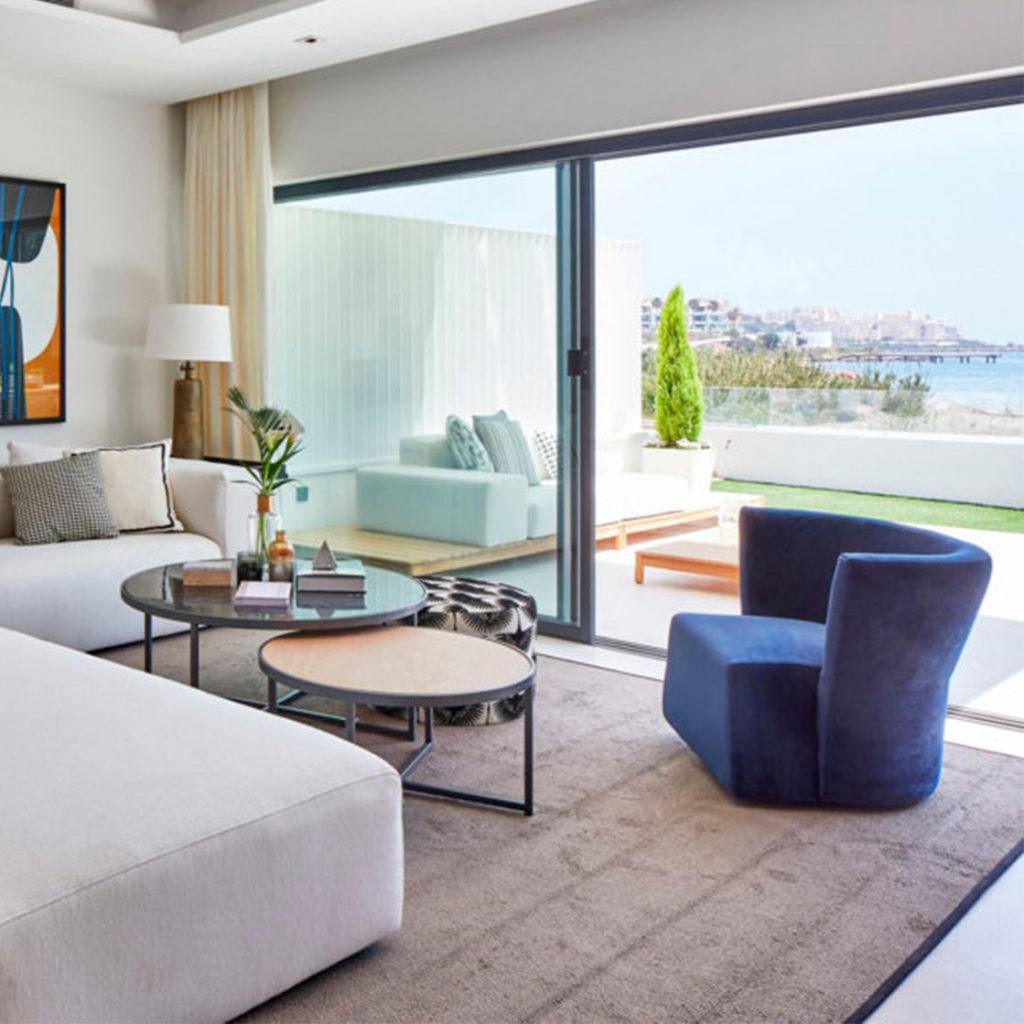 butaca ARKO azul habitacion hotel frente al mar