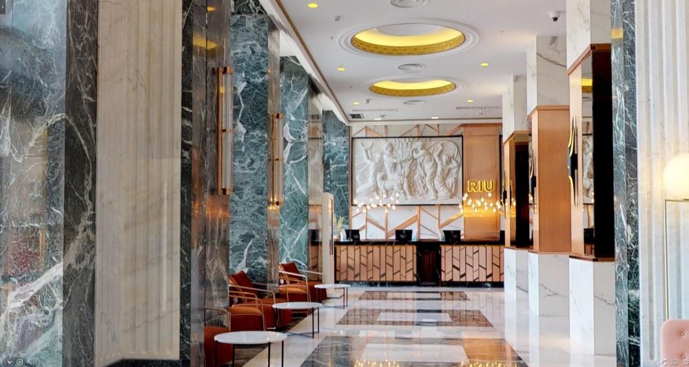 pasillo hall recepcion decoracion marmol con sillones naranjas elegante belta frajumar