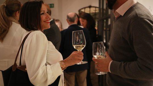 Ambiente de Invitados charlando con copas de vino e
