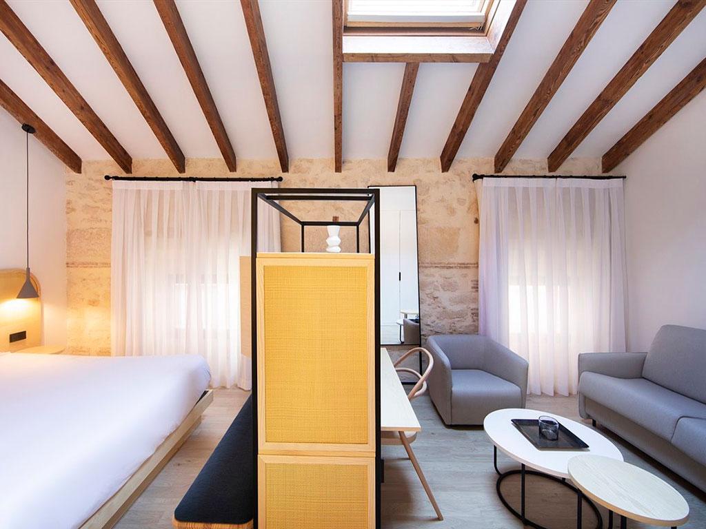 habitacion hotel diseño moderno con sofas y butacas tapizadas belta frajumar en Serawa alicante