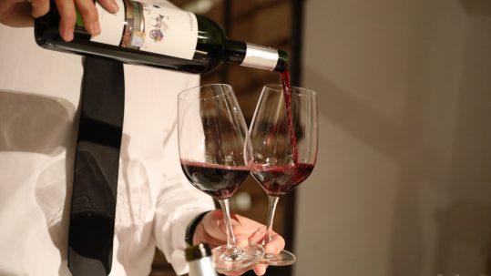 Servicio con copas de vino