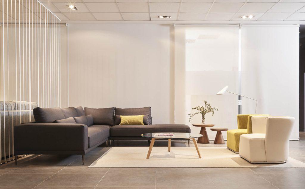 sofa tapizado negro con cojin color pistacho y mesa madera belta frajumar