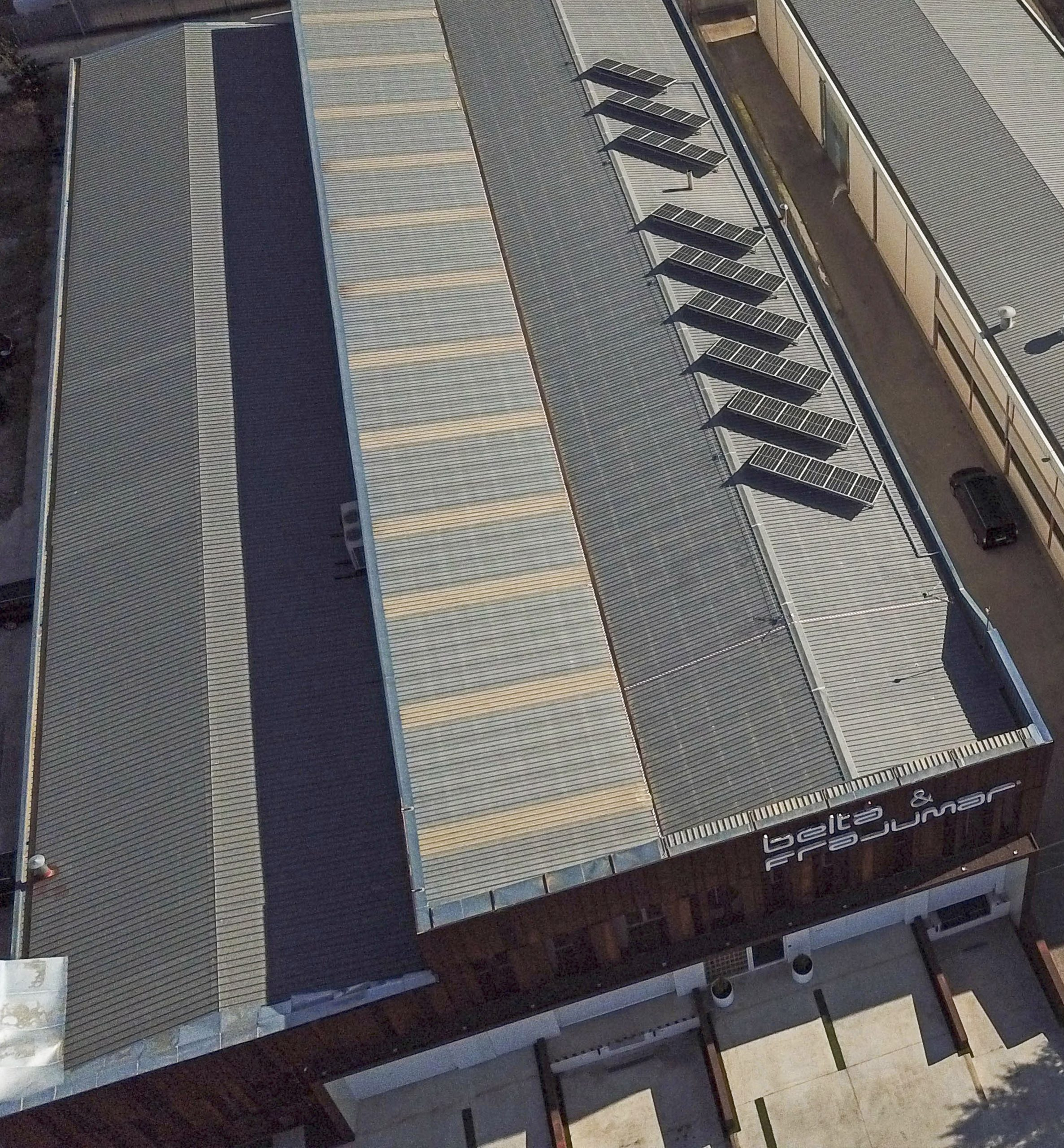 Placas solares en el tejado de la nave Belta Frajumar