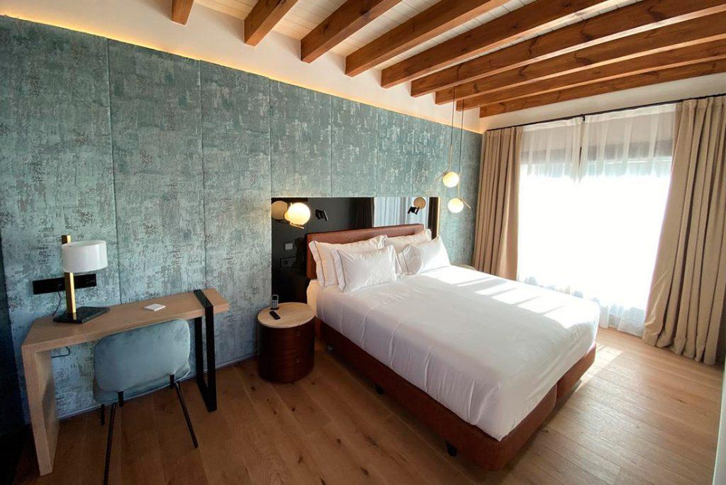 habitacion de hotel con muebles marca Belta Frajumar