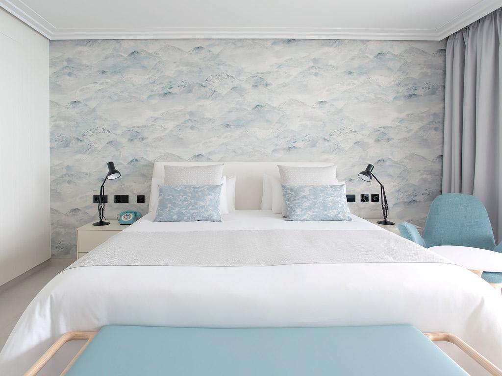 habitacion hotel lava beach cama mesita madera beltá frajumar
