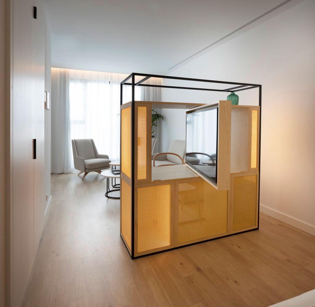 cambiador ropero amarillo madera en habitacion elegante moderna mobiliario hotel butaca sillon beltrá frajumar