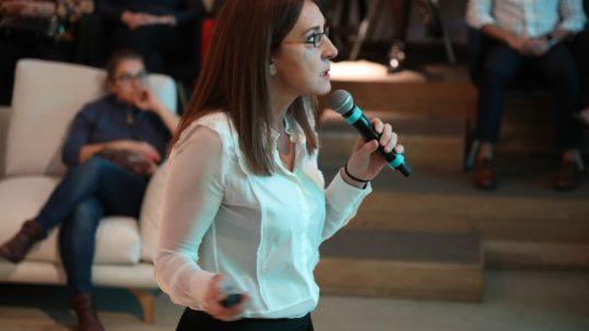 Ana Fernández de Larrea de la agencia Comunica +A durante la ponencia