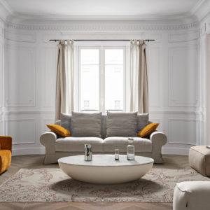 Sofá gris con cojines amarillos y fondo ventana