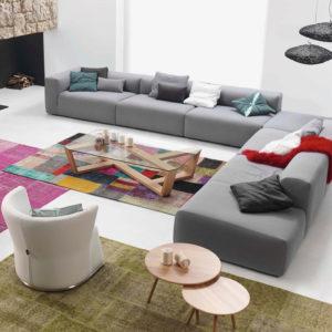 Ambiente acogedor en salón de hogar con sofá SUIT mesa AGOL y butaca