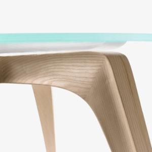 Detalle acabado madera fresno patas mesa