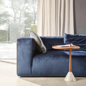 SUIT sofa tela tercipleo azul navy y mesa de madera