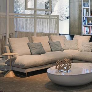 WING tapizado beige junto a mesa de marmol LUNA