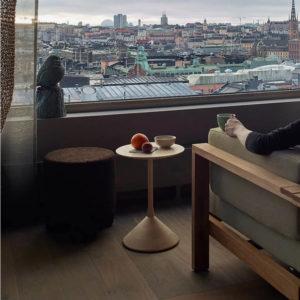 mesa fres decoracion elegante habitacion con vistas a ciudad