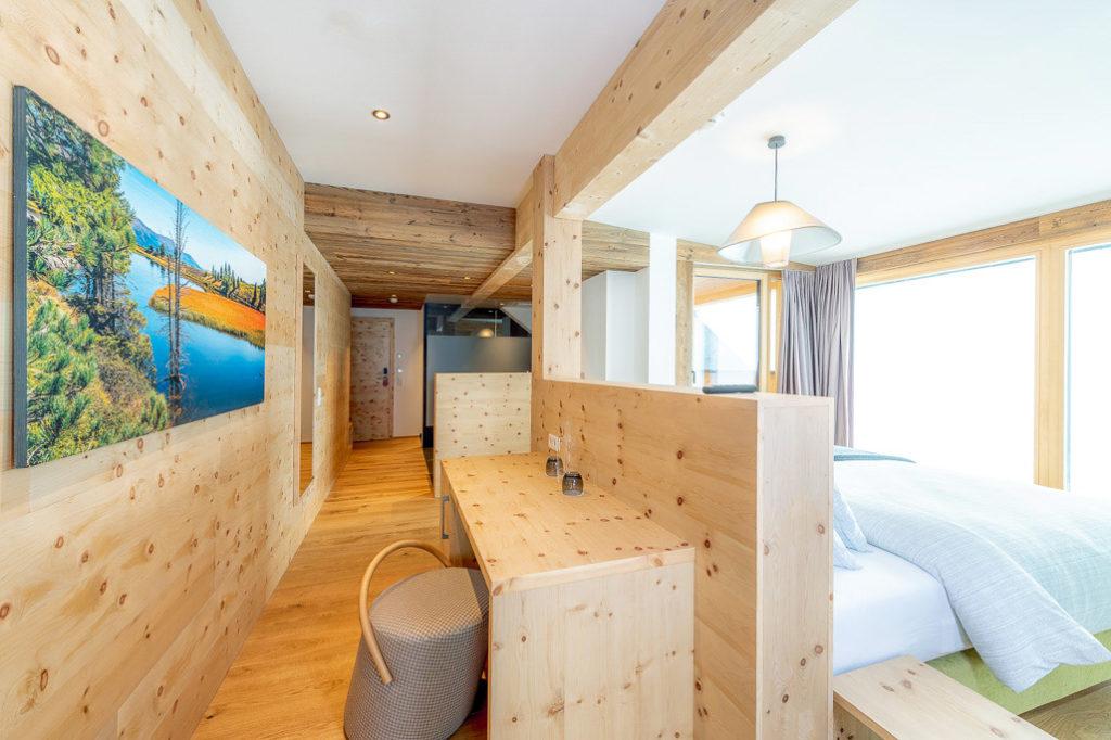 mobiliario de madera y puff habitacion