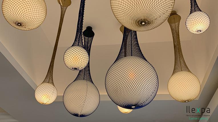 proyecto-contract-iluminacion-hotel-rocabella-colgantes-red-azul-marron-polietileno-lamparas-a-medida-3